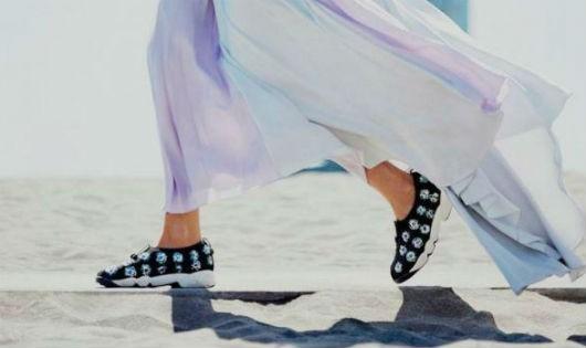 Phong cách giày đính đá cho ngày hè