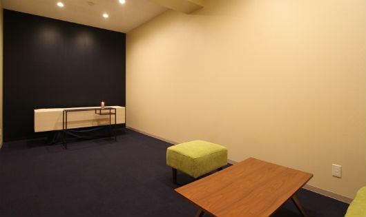 Căn phòng tại khách sạn Sou Sou, có một xe đẩy quan tài và nơi ngồi cho tang quyến