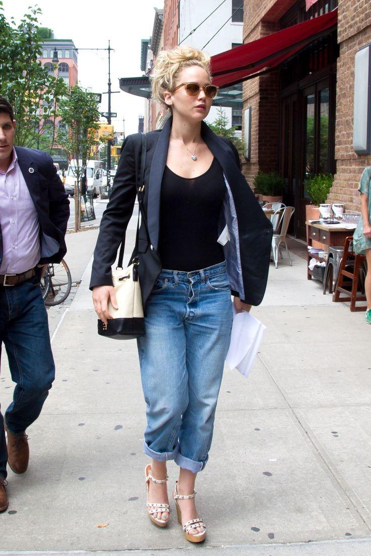 Jennifer trẻ trung, năng động với quần jeans baggy, áo thun ôm và chiếc blazer quen thuộc. Có vẻ Bucket bag là kiểu túi xách mà cô yêu thích nhất.