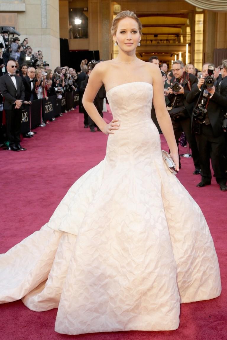 Người đẹp sinh năm 1990 thu hút mọi ống kính với bộ váy trắng tinh khôi của Dior Haute Couture