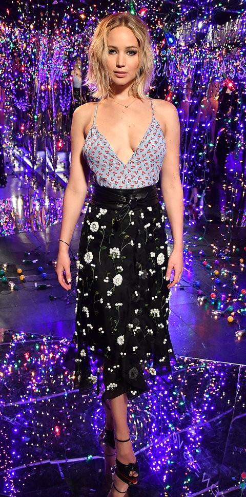 Tại buổi ra mắt phim Passenger, ở khách sạn Los Angeles. Chân váy và áo dây họa tiết hoa được Jennifer Lawrence phối hơp khéo léo, trông cô thật thời thượng và phong cách