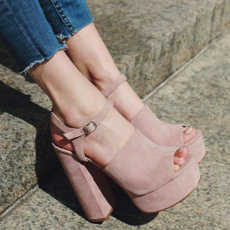 phái đẹp nên chọn giày cao gót có đế dày, đặc biệt làm bằng da hoặc cao su.