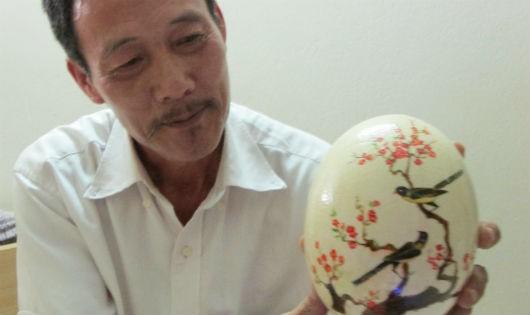 Ông Hà bên một sản phẩm chạm khắc trên vỏ trứng đà điểu