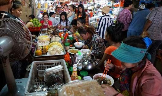 Ăn sáng ở chợ của người Campuchia