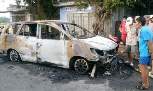 Chiếc xe ô tô Innova bị thiêu rụi