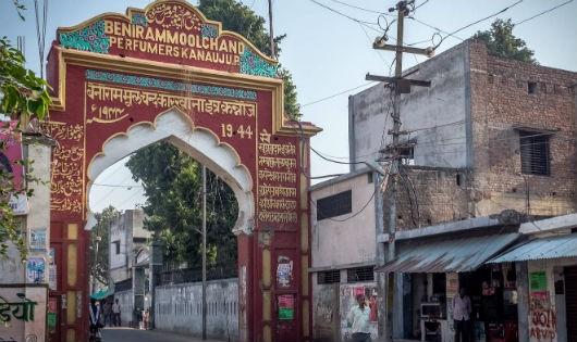 Lối vào Kannauj, thành phố tinh chế nước hoa hồng Damask danh bất hư truyền của Ấn Độ