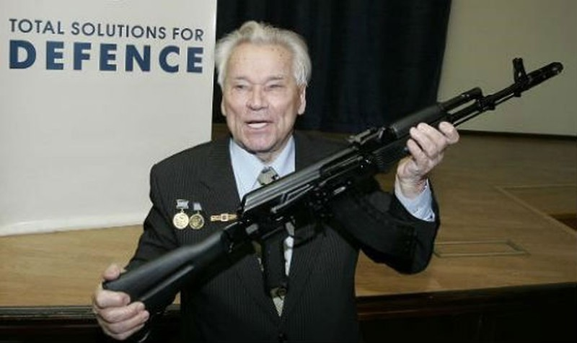 Ông Mikhail Timofeevich Kalashnikov với khẩu AK-47