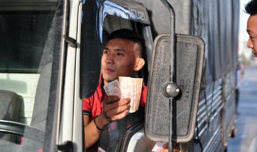 Tài xế lại dùng tiền lẻ trả phí qua trạm BOT