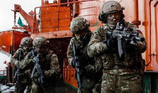 Lính đặc nhiệm Nga truy bắt nghi phạm trong đường dây buôn lậu vũ khí