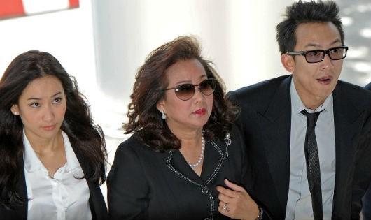 Panthongtae Shinawatra (phải) tới dự phiên điều trần tại Tòa án Hình sự Bangkok hôm 24-8-2015