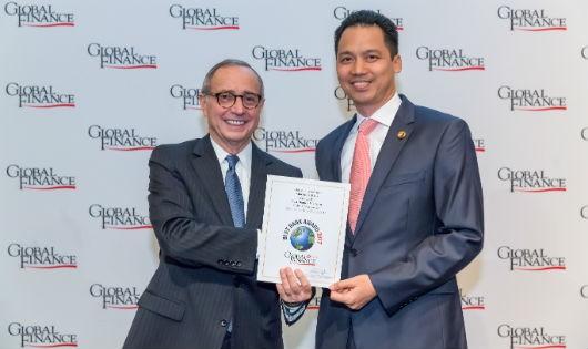Ông Joseph D. Giarraputo GD xuất bản và biên tập của Global Finance trao chứng nhận cho ông Huỳnh Bửu Quang TGĐ Maritime Bank