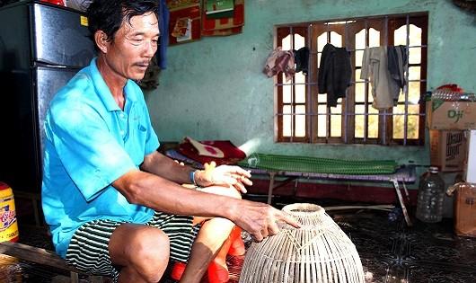 Ông Lê Hồng Kính giới thiệu sản phẩm đan đát của gia đình