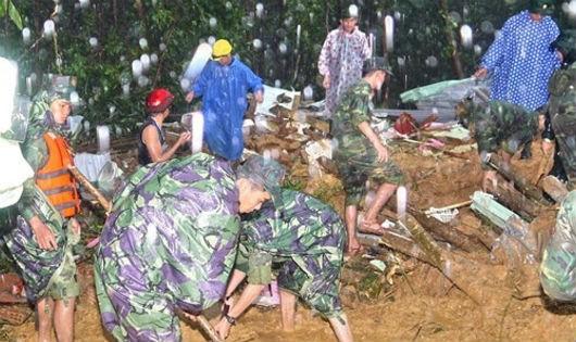 Bộ đội Quân khu 5 dầm nước giúp người dân khắc phục hậu quả bão lũ
