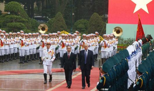 Chủ tịch nước Trần Đại Quang và Tổng thống Donald Trump duyệt đội danh dự