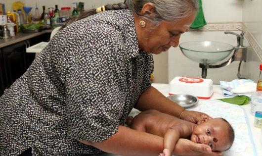 Em bé Raeshman Ray Sundran tỏ ra rất khoái khi được bà Devi Siva mát xa cho
