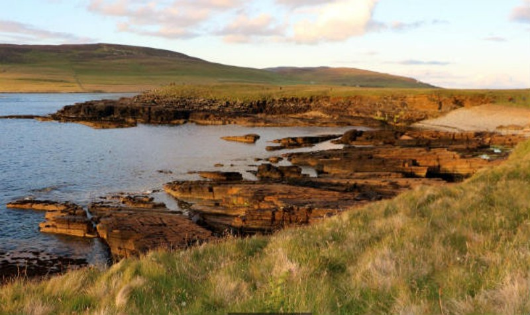 Eyhallow nằm giữa hai đảo lớn và chỉ rộng khoảng 900m