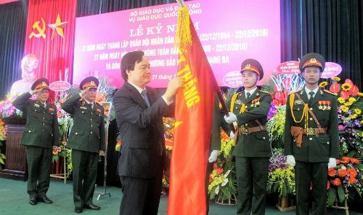 Bộ trưởng Bộ Giáo dục và Đào tạo Phùng Xuân Nhạ trao Huân chương Bảo vệ Tổ quốc hạng Ba cho Vụ Giáo dục Quốc phòng và An ninh