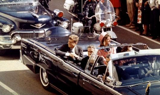 Tổng thống John Kennedy và phu nhân trước thời điểm bị ám sát