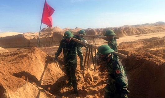 Cán bộ, chiến sĩ Trung tâm Xử lý bom mìn và Môi trường Quân khu 5 thực hiện hủy nổ bom, đạn tồn sót tại Ninh Thuận