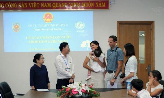 Một buổi lễ giao nhận con nuôi nước ngoài tại Bình Dương