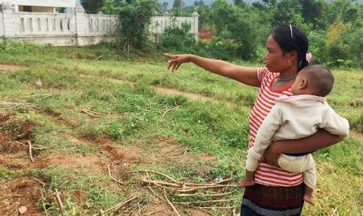 Chị Khun bên mảnh đất mình tự nguyện hiến để xây điểm trường mầm non mới ở bản Khe Ngát