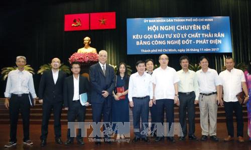 Bí thư Thành ủy TP Hồ Chí Minh Nguyễn Thiện Nhân với các nhà đầu tư. Ảnh: Hoàng Hải/TTXVN