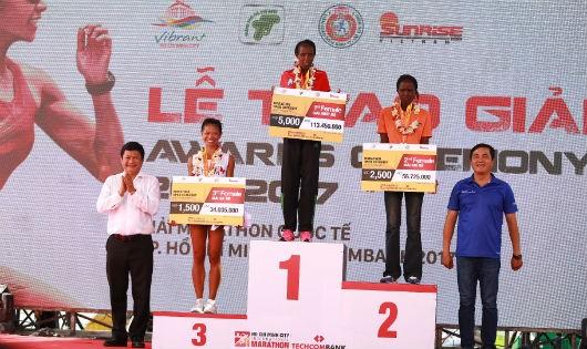 Nữ VĐV Nguyễn Linh Chi của Việt Nam đạt thành tích đáng nể ở cự ly marathon chuyên nghiệp 42 km