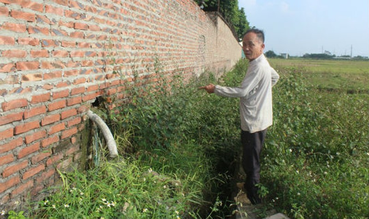 """Một lối """"xả"""" từ các nhà máy thuộc CCN Bình Phú A ra kênh mương tưới tiêu, gây ô nhiễm môi trường"""