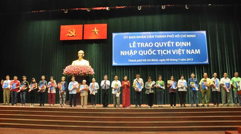 Một buổi lễ trao quyết định cho nhập quốc tịch Việt Nam tại Tp. Hồ Chí Minh