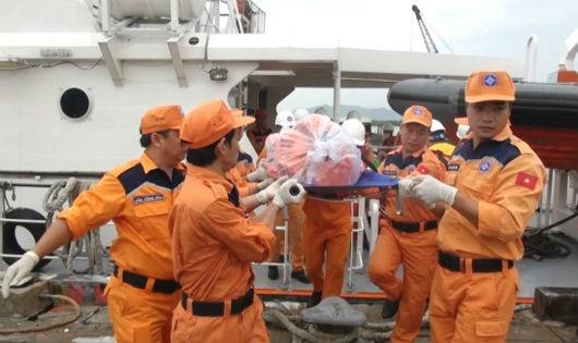 Đưa thi thể 2 thuyền viên trên tàu cá BĐ 30366TS bị chìm trên biển vào bờ