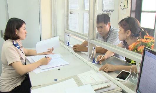 Cán bộ giải quyết thủ tục hành chính trong lĩnh vực THADS cho người dân