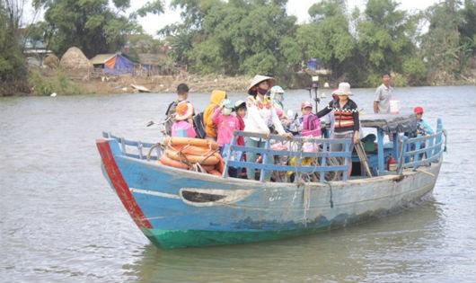 Hàng trăm học sinh chấp nhận qua sông Trà Bồng trên con đò nhỏ đến trường