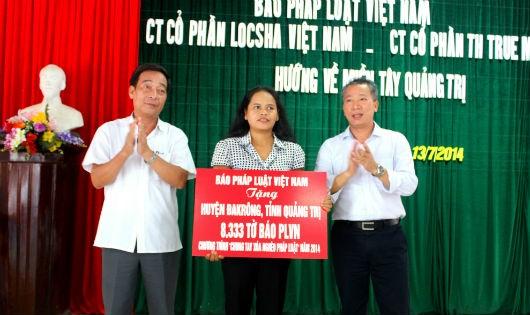 TS. Đào Văn Hội, Tổng Biên tập Báo PLVN (bìa phải) trao tặng sách, báo tại tỉnh Quảng Trị