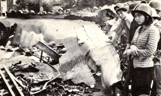 """B-52 phơi xác trên đường phố Hà Nội, một trong những tấm ảnh nổi tiếng về trận """"Hà Nội - Điện Biên Phủ trên không"""""""