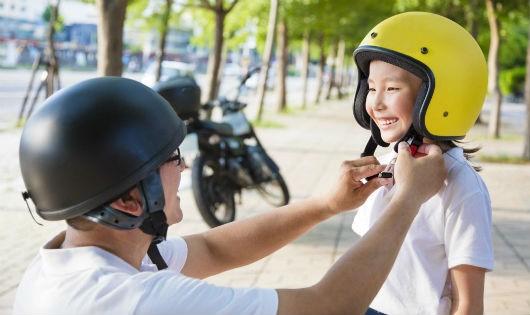 70% trẻ em không được cha mẹ đội mũ bảo hiểm khi tham gia giao thông bằng xe máy và xe đạp điện
