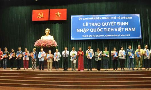 Một buổi lễ trao Quyết định nhập quốc tịch Việt Nam