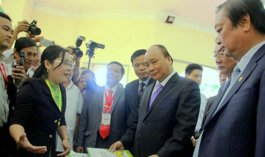 Thủ tướng Nguyễn Xuân Phúc tham quan các gia hàng trưng bày tại Hội nghị Xúc tiến đầu tư Đồng Tháp năm 2017
