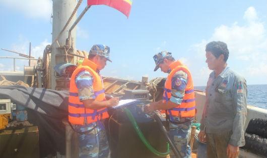 Tổ công tác của BTL Vùng CSB 4 niêm phong thiết bị đo dầu trên tàu vi phạm