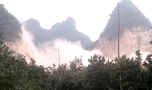 """Lương Sơn (Hòa Bình): Doanh nghiệp nổ mìn, đá """"bay thẳng"""" vào nhà dân"""