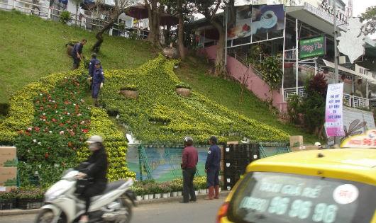 Công nhân đang làm đường hoa