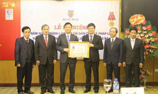 Tạp chí Dân chủ và Pháp luật đón nhận Huân chương Lao động hạng Ba