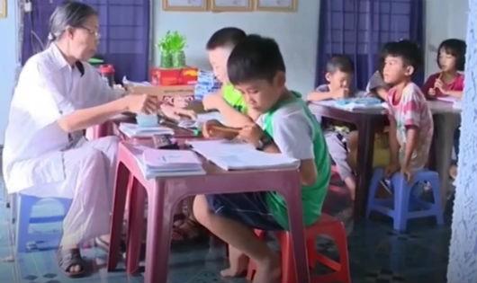 Cô giáo tật nguyền 40 năm dìu dắt trẻ em nghèo
