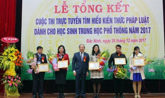 Thứ trưởng Phan Chí Hiếu trao thưởng cho 5 địa phương có thành tích xuất sắc trong tổ chức Cuộc thi