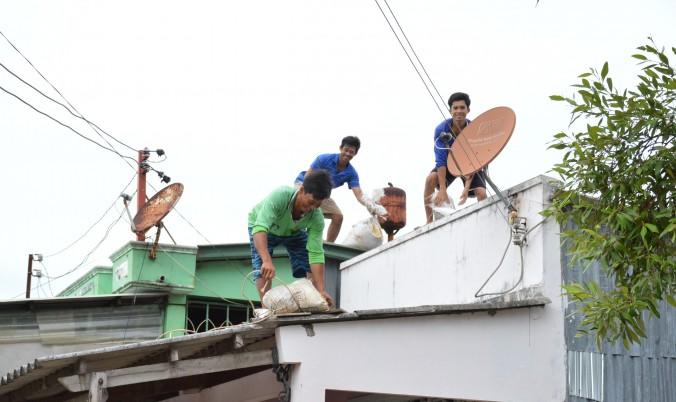 Người dân ở Cà Mau chỉ động chằng chống nhà cửa phòng tránh bão Tembin. Ảnh: Báo Giao thông