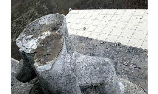 Một bức tượng nằm trong quần thể năm tượng Chiến thắng Bắc Kạn, tổng kinh phí 4,5 tỷ đồng hoàn thành vào đầu năm 2015 bất ngờ gãy đôi và đổ xuống gây thương tích cho một bé trai