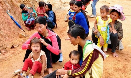 Dù quanh năm đối mặt với đói nghèo nhưng nhiều người mẹ ở thôn Trà Ong vẫn liên tục sinh con
