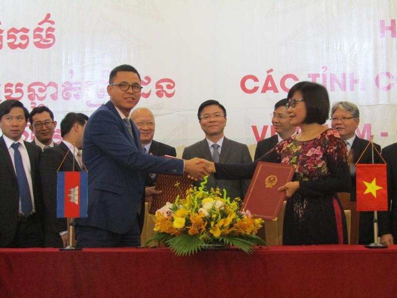 Đại diện Bộ Tư pháp Việt Nam và Bộ Tư pháp Campuchia ký kết Chương trình hợp tác năm 2017 - 2018