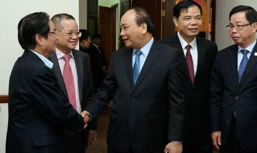 Thủ tướng Chính phủ trò chuyện với các đại biểu tại Hội nghị