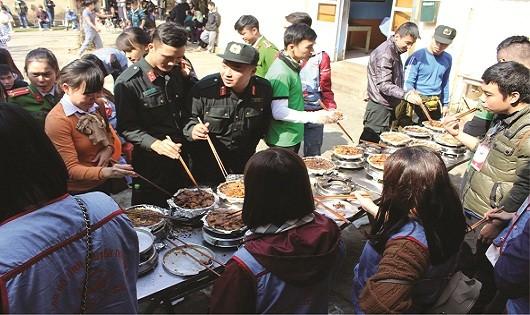 Các chiến sĩ CSCĐ chuẩn bị hơn 300 suất ăn cho cụ già và trẻ nhỏ tại trung tâm