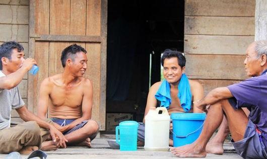 Người dân làng Đê Bơ Tứk uống rượu suốt ngày đêm